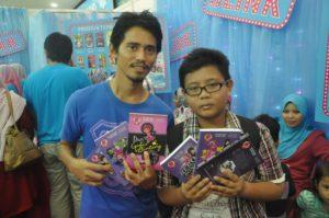 Sekali beli 6 terus buku Hero Sri Bangsar. Mahu melompat bintang rasanya. Yippi!