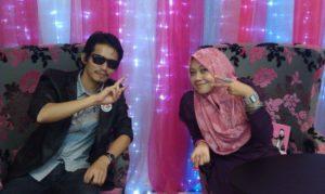 Penampilan Azanil Fitri bersama Ain Maisarah di pesta buku 2011. Peace yo!