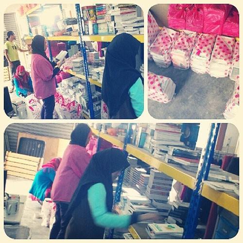 Tim penulis perempuan susun stok buku (baju hijau itu Abang Azanil)